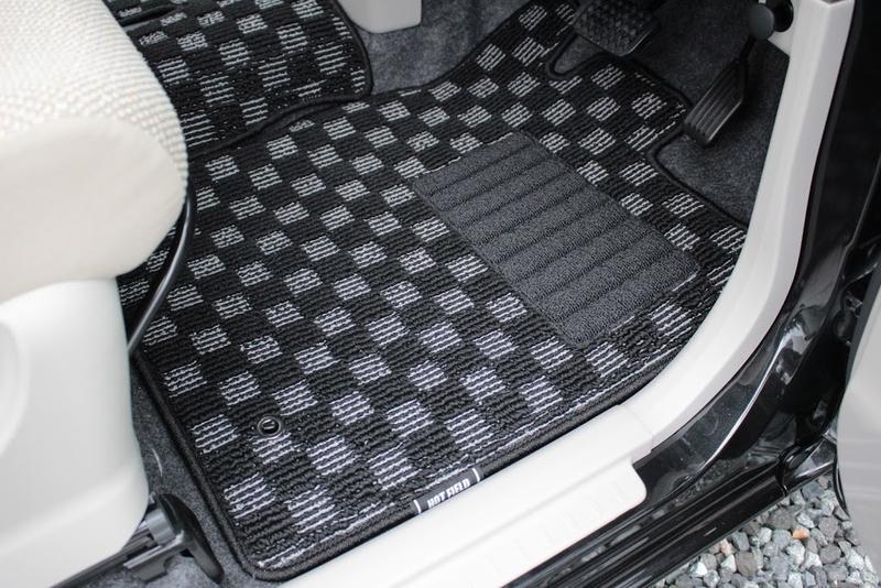 タントXターボSA[DBA-LA600S]用フロアマットの運転席側を取り付けた様子です