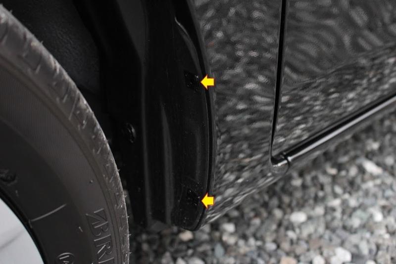 タントXターボSA[DBA-LA600S]の前輪のカバーについているボルトを2箇所外します。