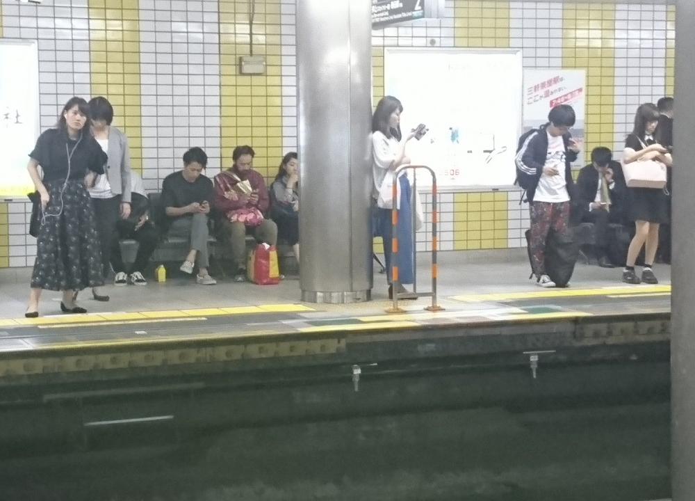 2017.10.12 三軒茶屋 - 渋谷方面ホーム 1000-720