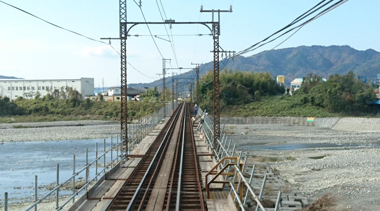 2017.11.17 八日市 (24) 貴生川いきふつう - 愛知川をわたる 1280-710
