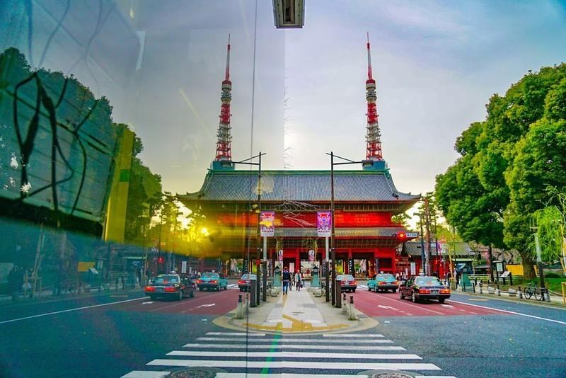 窓ガラスに反射した東京タワー(昼)