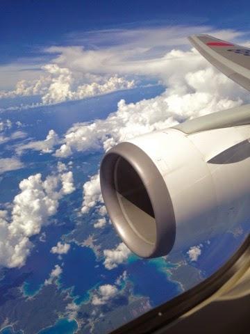 飛行機から見る青い海
