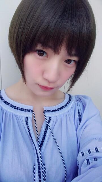 ブルーの服の中田花奈