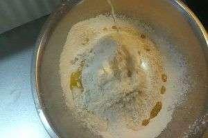 小麦粉にオリーブオイルを混ぜる