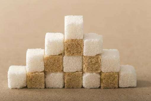 積まれた上白糖と三温糖