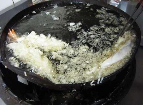 えびの天ぷらを揚げている