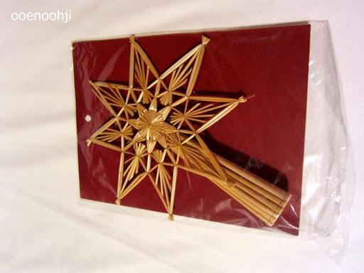 藁製のクリスマスツリーのトップに飾るオーナメント
