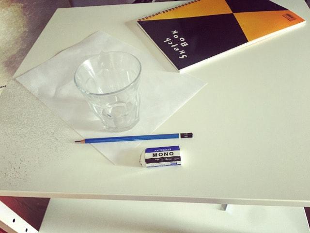 スタンディングデスクの上で描いた鉛筆画