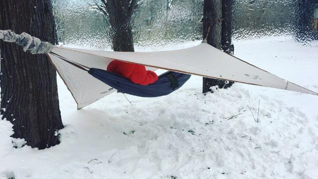 雪中ハンモック