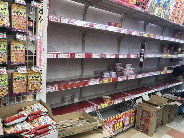 買い占められたカップ麺の棚