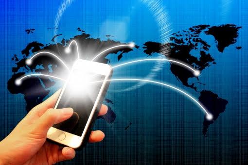 スマートフォンで世界に情報を発信している人