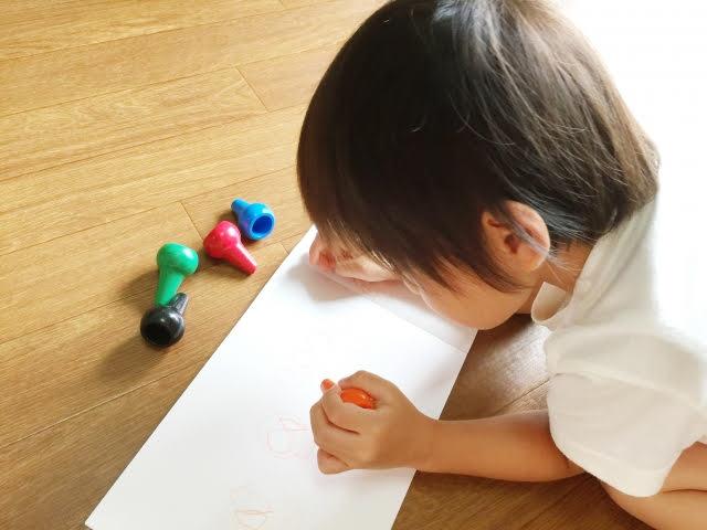 幼児がお絵かきをしている画像