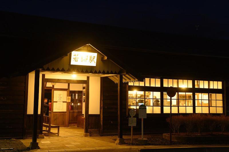 181215 明かりの灯る若柳駅舎