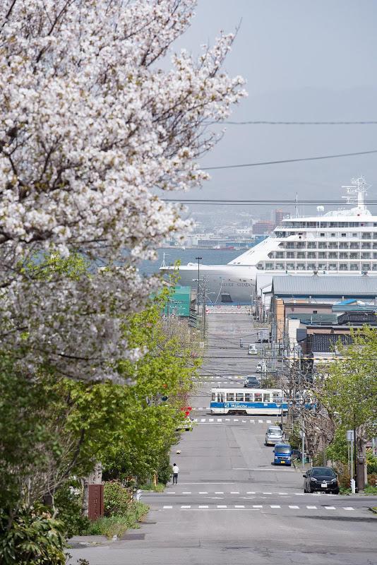 170507 幸坂の桜と電車と客船