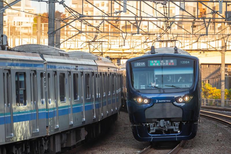 191130 りんかい線電車とすれ違う新宿発直通一番列車