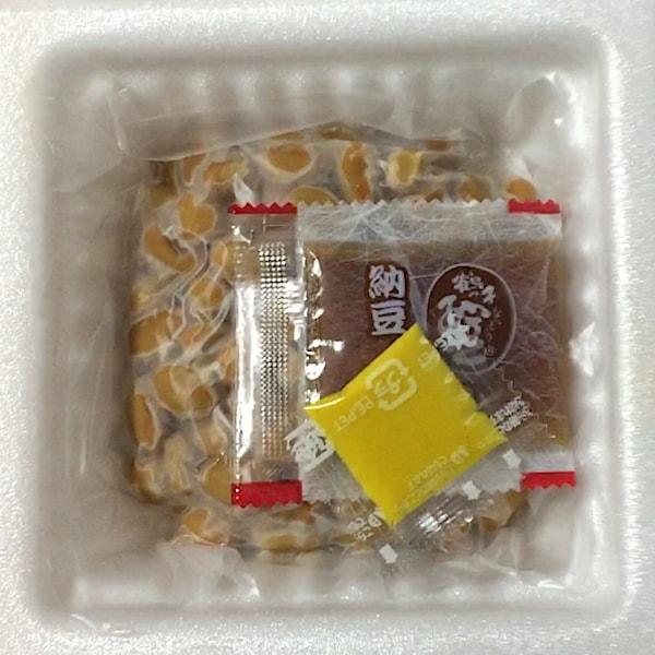 「国産こつぶのおいしい納豆」の、たれとからしの画像