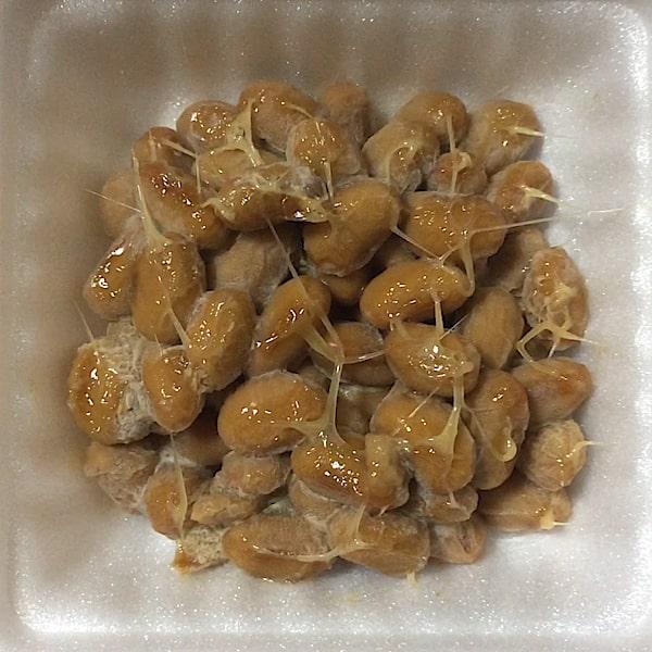 「えだ豆納豆」の容器の中の納豆の画像