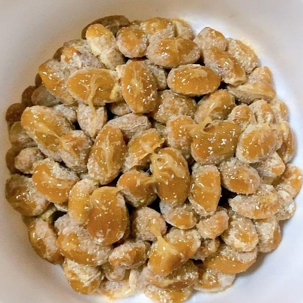 「有機カップ入り納豆」の中の納豆