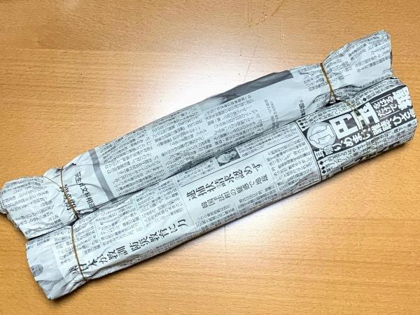 熟成のため新聞紙で包んだ藁苞の画像