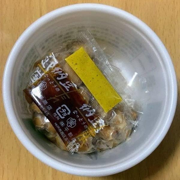 納豆「響」の中の容器のフタを開けた画像