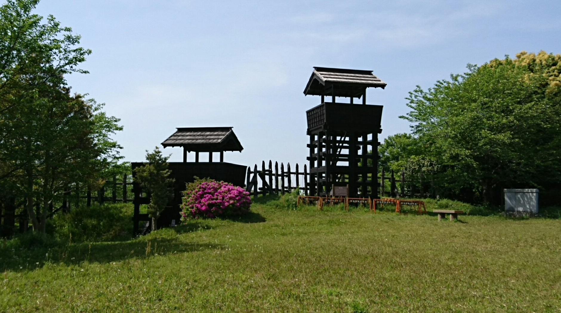 2017.5.2 東条城 (1) 主郭からみる城門とものみやぐら 1880-1050