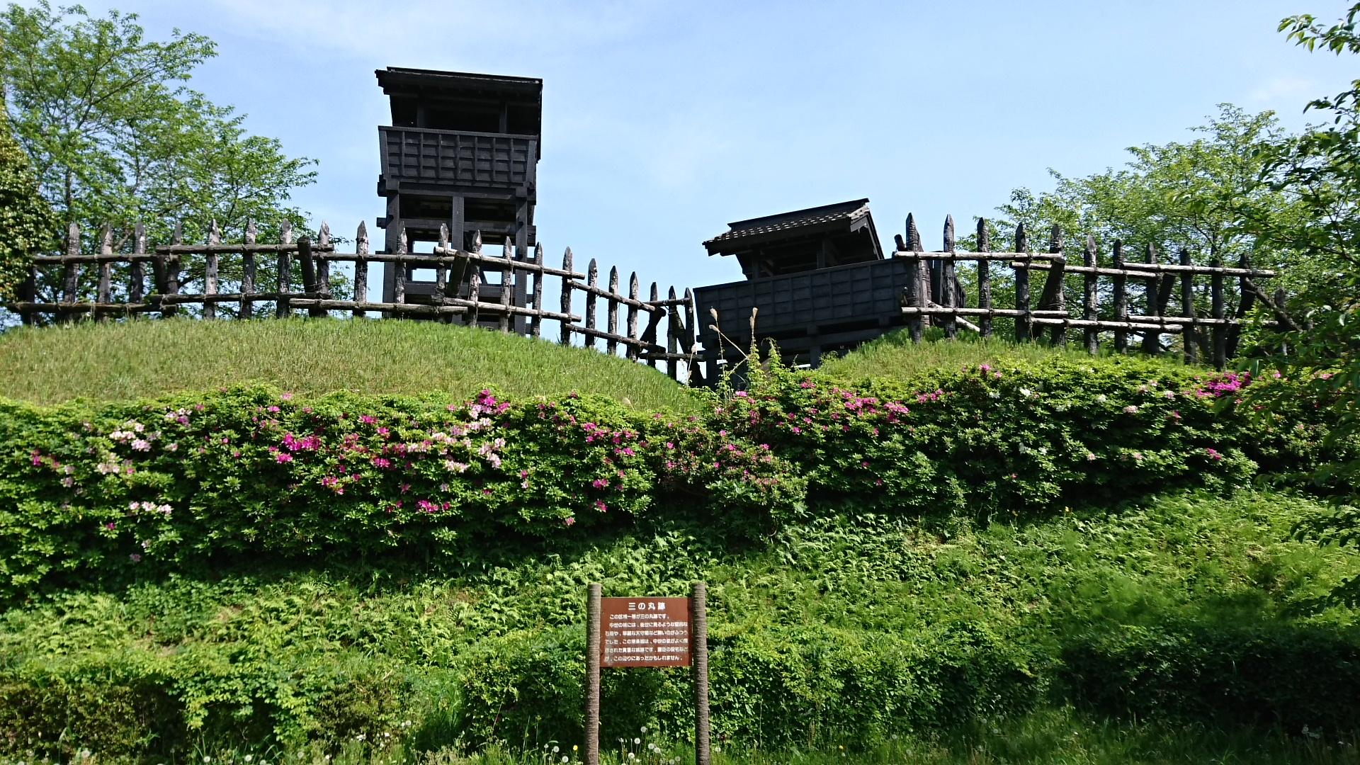 2017.5.2 東条城 (5) 副郭からみあげるものみやぐらと城門 1920-1080