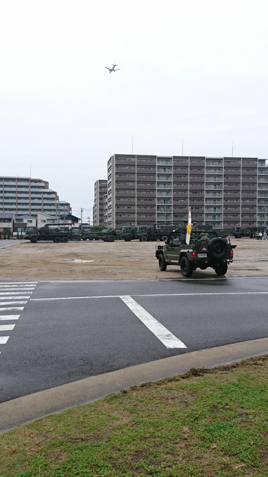 2017.10.28 守山駐屯地 (9) ジープと飛行機 1080-1920