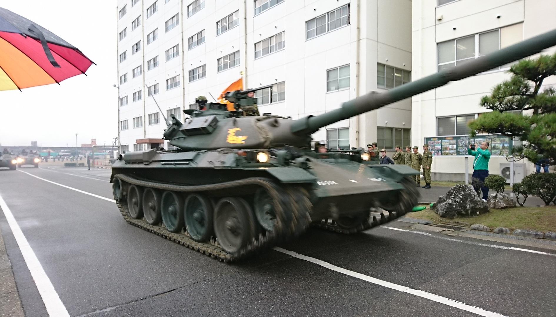 2017.10.28 守山駐屯地 (30) 74式戦車の行進 1890-1080